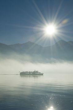 """In kurzen Abständen, an Wochenenden sogar im 30 Minuten Takt, bringen Sie die Schiffe der Wolfgangseeschifffahrt bequem von Strobl nach St. Wolfgang und weiter nach St. Gilgen und natürlich auch umgekehrt. Mit dem Ticket """"3 auf einen Streich"""" können Sie alle 3 Orte einmal anfahren. (c) Salzburg AG"""