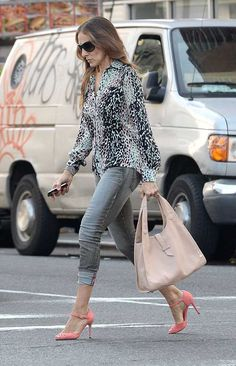 Every time Sarah Jessica Parker has dressed like Carrie Bradshaw | The oversized bag, shades and snakeskin print add a touch of Bradshaw je ne sais quoi to this off-duty look from June 2014.