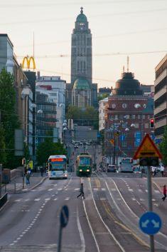 Kallion kirkko (Lars Sonck,1908–1912) on 65m korkea,ristin huippuun on 94m merenpinnasta.Kirkko muodostaa pohjoisen päätepisteen 2,5 km pitkälle suoralle katulinjalle,Kopernikuksentie,Unioninkatu ja Siltasaarenkatu.Päivittäin klo 12 ja 18 tornin pronssikelloista soitetaan Jean Sibeliuksen varta vasten säveltämää koraalisävelmää. Suomen kirkoista vain Kallion kirkossa on sekä barokkityyliset että ranskalais-romanttiset urut.Kirkon akustiikka on hyvä.Se on ahkerassa konserttikäytössä.