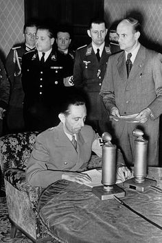 https://flic.kr/p/dYNA4W | 1941, Allemagne, Berlin, Joseph Goebbels annonce à la radio le 22 juin le début de l'attaque de l'URSS. Derrière, en uniforme noir, le Secrétaire d'Etat Leopold Gutterer | Leopold Gutterer, Secrétaire d'Etat de 1940 à 1944 chargé de : Budget Droit Propagande Radio Cinéma Personnels Défense International Théâtre Musique Littérature Arts visuels