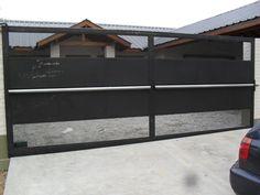 portones corredizos de metal y madera con puerta incorporada -(en lugar de la malla  de metal)