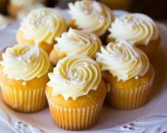 Old Fashioned Vanilla Cupcakes with Buttercream Frosting Honey Cupcakes, Vanilla Cupcakes, Yummy Cupcakes, Mini Cupcakes, Cupcake Cakes, Buttercream Frosting For Cupcakes, Frosting Recipes, Torta Blaze, Sweet Recipes