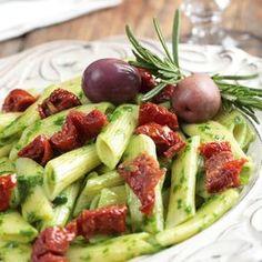 Salade de penne aux tomates séchées et au pesto – Ingrédients de la recette : 500 g de penne, 50 g de tomates séchées, 1 cube de bouillon de légumes, 2 cuillère à soupe de vinaigre balsamique