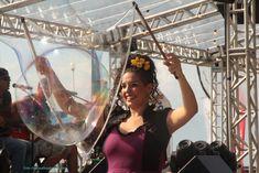 Atração circense Bolhas de Sabão Gigantes realizando intervenções durante três dias para todo o publico do evento realizado ao ar livre, Ilha Bela Sunset, São Paulo. Contate-nos humorecirco@gmail.com (11) 97319 0871 (21) 99709 6864 (73) 99161 9861 whatsapp. Selfie, Humor, Island, Outdoors, Sao Paulo, Events, Humour, Funny Photos, Funny Humor