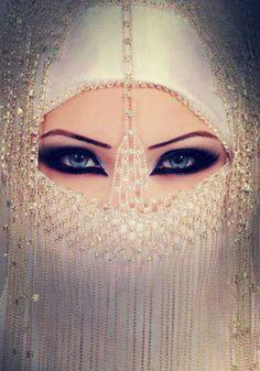 ♥Tu Es Belle♥ love the eye makeup Niqab, Beautiful Eyes, Beautiful People, Estilo Tribal, Arabic Makeup, Arabian Beauty, Hidden Beauty, Exotic Beauties, Dubai Fashion