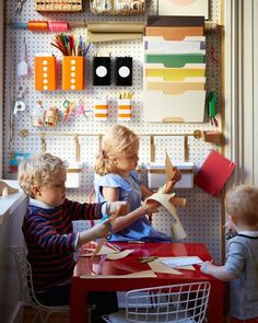 Brooklyn apartment tour: this arts & crafts wall, made of peg board. Kids Art Space, Art For Kids, Crafts For Kids, Kid Art, Art Corner, Kids Corner, Small Corner, Play Corner, Toy Storage Solutions
