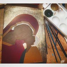 🎨 • ° • ° #WorkInProgress #VirginMary #icon #orthodoxicon #iconography #SaintMary #StMary #MadredeDios #Jesus #JesusChrist #Madonnaandchild #painting #art #freehand #artistic #religious #chistianity #christian #artdaily #dailyart #ig_artistry #handmade #artisanal #atelier #desk #brushes #artistry #byzantine #byzantineicon Byzantine Icons, Madonna And Child, Orthodox Icons, Sacred Art, Virgin Mary, Painting Art, Jesus Christ, Christianity, Brushes
