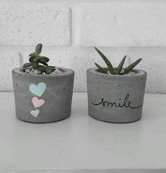 Diy Cement Planters, Cement Flower Pots, Concrete Crafts, Painted Plant Pots, Painted Flower Pots, Pots D'argile, Clay Pots, Decorated Flower Pots, Pottery Painting Designs
