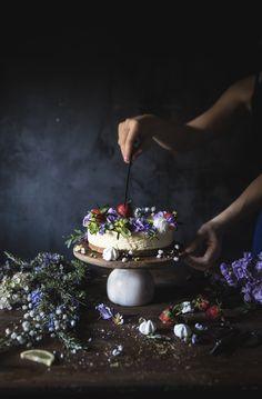 Torta bavarese camomilla e limone, un dessert realizzato con una crema bavarese aromatizzata al limone e alla camomilla, decorata con fragole e fiori