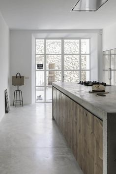 A modern farm-style kitchen combines contemporary lines with cosy elements. Get tips on how to create this look for your new kitchen renovation. Home Decor Kitchen, Rustic Kitchen, New Kitchen, Kitchen White, Kitchen Ideas, Natural Kitchen, Wooden Kitchen, Kitchen Inspiration, Modern Kitchen Design