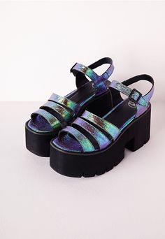 Sandales violettes à plateformes plates crantées noires - Chaussures - Plateformes plates - Missguided