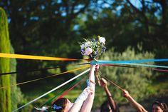 Jeanne et Benoît, mariage en Provence (note perso: relire déroulement: organisation très originale (sur plusieurs jours (proches - famille - amis) /baby sitter/photobooth/organisation séance photo par groupes (badges)/ panneaux directionnels/ ...-> à retenir!)