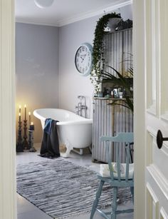 Inred ditt badrum i grå toner, det står fint mot vitt porslin. Har du dessutom en kakelugn i det stora badrummet är det perfekt. Sköna textilier och väldoftande oljor och krämer gör det till husets bästa rum.