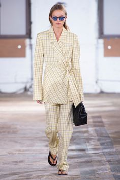 This high waisted runway style is crafted from our essential Marvel Plaid. Crafted from a wool blend Pair back with a bodysuit or coordinating blazer for the ultimate spring suit. Suit Fashion, Runway Fashion, Fashion Outfits, Fashion Tips, Dolce & Gabbana, Knit Jacket, Tweed Jacket, Moncler, Active Wear For Women