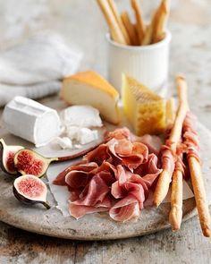 Blev så galet sugen på ost och charkisar när jag hittade den här bilden på Pinterest  Lyckas nog inte få ihop något liknande av det som finns hemma, så får ta det till helgen istället! Tipsa gärna om goda ostar här nedan. Köper alltid samma av någon anledning ☺️ Gruyere, saint agur, manchego och någon typ av brie finns alltid med på min ostbricka!