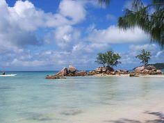 Die Schönheit von La Digue mit rosa Granitfelsen, weißem Sandstrand und tropischer Natur ist atemberaubend. #Seychellen #Urlaub