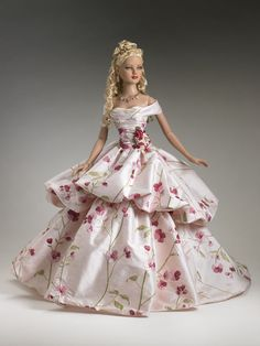 2006 American Model collection, this lovely dressed doll is ConfectionThe previous pinner just wrote Barbie but it looks more like a Tonner Doll to me.Tonner doll and exquisite dress.Gorgeous ball gown doll - by Tonner DollComing Up Roses- Tonner Dol Moda Barbie, Barbie Mode, Barbie And Ken, Barbie Gowns, Barbie Dress, Barbie Clothes, Pink Dress, Barbie Style, Barbie Patterns