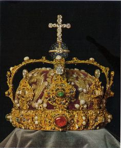 The royal crown of Sweden, made in 1561 by Cornelius ver Weiden for the coronation of Eric XIV.Royal crown of Sweden. Crown Royal, Royal Crowns, Royal Tiaras, Tiaras And Crowns, Swedish Royalty, Royal Jewelry, Gold Jewelry, Family Jewels, Circlet
