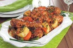 Confira esta receita de coxa e sobrecoxa de frango com legumes na pressão, que além de ficar uma delícia, é prática e econômica!