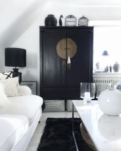 Black and white interior scheme Living Room Decor, Living Spaces, Black And White Interior, Black White, Chinese Furniture, Interior Decorating, Interior Design, Asian Decor, Transitional Decor