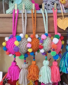 "20 curtidas, 1 comentários - dargha diseños (@darghas) no Instagram: ""Con estas borlas decorativas le ponemos color a este día gris #borlas #borlasdecolores…"" Crochet Keychain, Crochet Necklace, Crochet Mandala, Knit Crochet, Diwali Craft, Bag Pattern Free, Pom Pom Crafts, Hanging Ornaments, Learn To Crochet"
