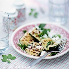 Grilled zucchini with feta cheese, mint and red pepper Grilled Zucchini, Summer Bbq, Red Peppers, Food For Thought, Grilling, Good Food, Healthy Recipes, Healthy Food, Vegetarian