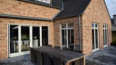 Ramen wit hout  Materiaal: Eik Kleur: RAL1013 (Parelwit) & RAL7039 (Kwartsgrijs)
