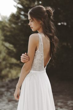 This model impresses with its stylish top. The fine flowers and per Most Beautiful Wedding Dresses, Dream Wedding Dresses, Wedding Gowns, W Dresses, Vintage Dresses, Flower Girl Dresses, Flower Girl Hairstyles, Wedding Hairstyles, Simple Elegant Hairstyles