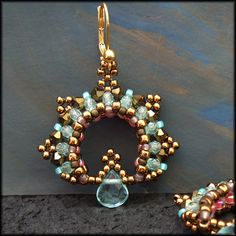 Kronleuchterjuwelen Glasperlenschmuck -Light blue and bronze beaded earrings