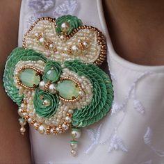 #брошь #авторскаяручнаяработа #вышивка #кружево #работыизвестныхмастеров #jewelry #Swarovski #jewelry #Elegant #exclusive #handmade Foto @inga.marita