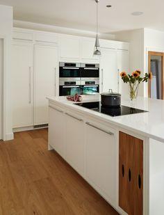 Harvey Jones Linear kitchen with removable oak drawers Kitchen Words, Open Kitchen, Kitchen Island, Oak Frame House, Richmond Park, Extension Ideas, Basement, Kitchen Ideas, Drawers
