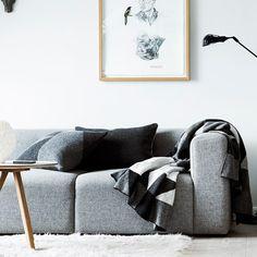At dække et bord og gøre sig umage, for sine gæster, er en glæde Gray Interior, Home Interior Design, Interior Decorating, Kitchen Interior, My Living Room, Home And Living, Sofas, Scandinavia Design, Modular Sofa