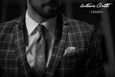 Costumul slim in carouri este inspirat din stilul clasic si imbina liniile minimaliste cu formele moderne, usor adaptabile contextului urban. Fiind extrem de versatil, acesta poate fi elementul cheie in crearea unor outfit-uri office impecabile.  Costumul este realizat din stofa de cea mai buna calitate cu un continut bogat in lana si este special conceput pentru barbatul contemporan care doreste sa tina pasul cu tendintele. Stilul Clasic, Urban, Costumes, Black And White, Fit, Casual, Fashion, Moda, Dress Up Clothes
