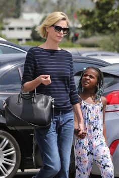 Charlize Theron walks around with her adopted old SON dressed in a female onesie on which are printed butterflies. In last month's SPOTM, another famous actress was parading around her son wearing a dress. The agenda is strong. Charlize Theron Style, Charlize Theron Photos, Hollywood Celebrities, Woman Crush, Gay Pride, Celebrity Weddings, Celebrity Photos, Timeless Fashion, Sexy Women