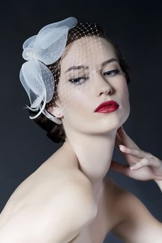 Are you in love with old Hollywood glamour and vintage appeal? This veil will do the trick for you.