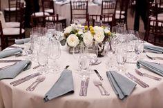 runder Hochzeitstisch dekorieren - weiße Pfingstrosen