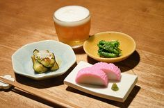【揚げ茄子と板わさ】今日の京都は春の晴天。桜並木を通ってスーパーに行くと、ピンク色の蒲鉾が食べたくなりました。昼の桜に思いを馳せて、今日も一杯。