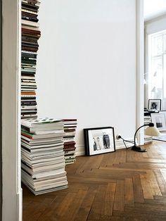 """落ち着いたトーン色彩の""""ヘリンボーン""""張り。  豊かな表情がある""""ヘリンボーン""""張りなら、余計な装飾品がなくても部屋の雰囲気がつくれます。"""