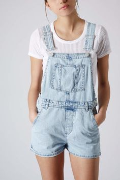 Topshop Moto Short Overalls available at Salopette Short, Salopette Jeans, Dungarees Outfits, Dungaree Shorts, Overalls Fashion, Look Fashion, Fashion Outfits, Street Fashion, Topshop