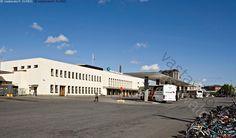 Tampereen linja-autoasema - rakennus linja-autoasema asema bussiasema joukkoliikenne kaukoliikenne katos funkkis funktionaalinen arkkitehtuuri kunnostettu remontoitu taivas pilvi asfaltti piha  pysäkki bussipysäkki betoni kaupunki kesä Tampere bussi linja-auto funkis