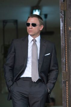 My little haven dedicated to Daniel Craig, the sexiest man on earth! Terno James Bond, James Bond Suit, Bond Suits, Tom Ford スーツ, Daniel Craig Style, Street Fashion Tumblr, Best Suits For Men, Charcoal Suit, Suit Combinations
