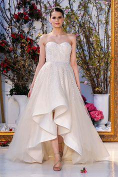 Fashion Friday: Anne Barge Bridal S/S 2017   Spring   V-Neck   Mermaid   Sheath   Princess   Lace   Satin   Embellishments   Beading    http://brideandbreakfast.hk/2016/06/17/anne-barge-bridal-ss-2017/