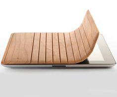 Miniot ha creado una práctica funda de madera para el iPad 2. El modelo cuenta con un sistema se sujeción magnética.