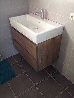 Een klant had een wastafel die ze graag wilden behouden. Wij maakten er een massief eiken meubel onder afgewerkt met een grijze beits. Zo ziet je badkamer er toch ineens heel anders uit.