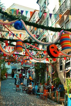 This is how Lisboa looks like during the St. Anthony festivities! Full of festive ribbons, garlands and folk songs! Tradition says that you must eat grilled sardines, on a hunk of bread accompanied by a pepper salad!  Festas de Lisboa, ALFAMA, by Dim Bencheci