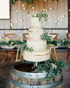 Instead of a classic cake topper, add a little greenery to your day by topping your cake with natural foliage.  Cake by @thecakeandi | Photography by @teneilkablephoto