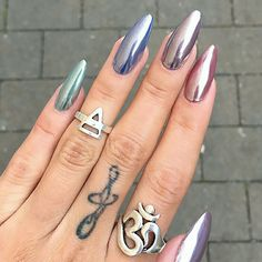 chrome nails Add some pezazz to your next manicure with our selection of trending chrome nail designs you need to try this season. Stylish Nails, Trendy Nails, White Chrome Nails, Blue Gold Nails, Chrome Nail Art, Kylie Nails, Chrime Nails, Oval Nails, Chrome Nails Designs