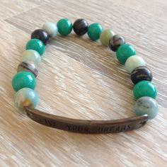 """Armband van 8mm meerkleurig amazoniet, groen jade en black silk stone met metalen """"Live your dreams"""". Van JuudsBoetiek, €10,00. Te bestellen op www.juudsboetiek.nl."""