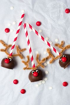 These adorable reindeer cake pops are guaranteed to brighten up any dessert table. And they're incredibly easy to make! Learn how to make them here. (christmas treats to make simple) Christmas Treats To Make, Christmas Cake Pops, Christmas Snacks, Christmas Goodies, Christmas Baking, No Bake Cake Pops, Reindeer Cakes, Cake Pop Tutorial, Baby Shower Sweets