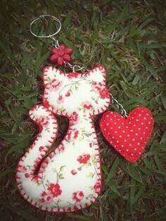 Cat and heart key ring Cat Crafts, Sewing Crafts, Sewing Projects, Arts And Crafts, Felt Fabric, Fabric Scraps, Felt Christmas Decorations, Christmas Crafts, Felt Patterns